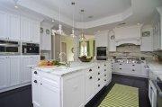 Белая классическая кухня с мраморной столешницей